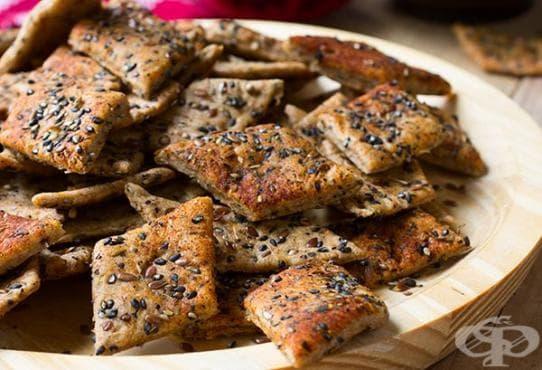 Хрупкави солени крекери с подправки и семена - изображение