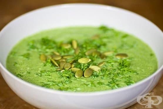 Крем-супа от спанак и тиквички с тиквени семена и чесън - изображение