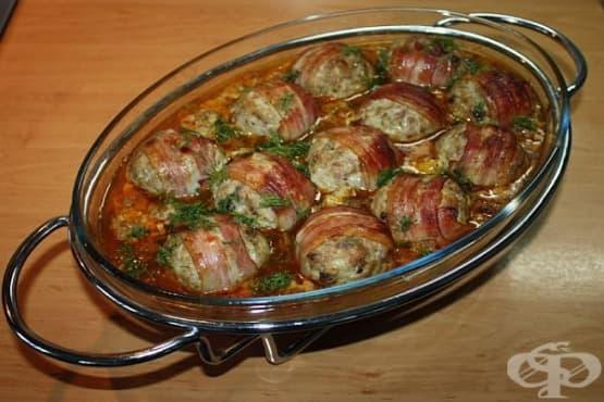 Кюфтенца в пушени гърди и зеленчуков сос - изображение