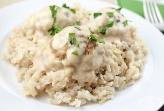 Кюфтета на фурна с млечен сос и ориз - изображение