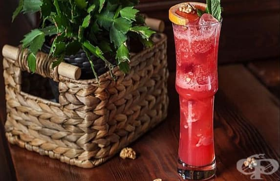 Освежаващ летен коктейл с лимоново сорбе, вишнев сироп и орехи - изображение