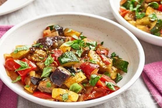Лятна манджа с патладжан, тиквички и домати - изображение