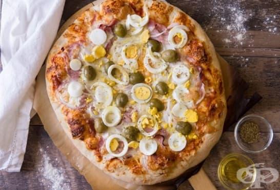 Лучена пица с яйца, маслини, шунка и кашкавал - изображение