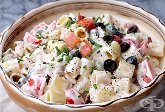 Макаронена салата с маслини, пилешко и зеленчуци - изображение