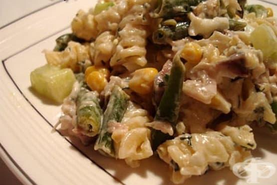 Макаронена салата с пушена скумрия, царевица и зелен фасул - изображение