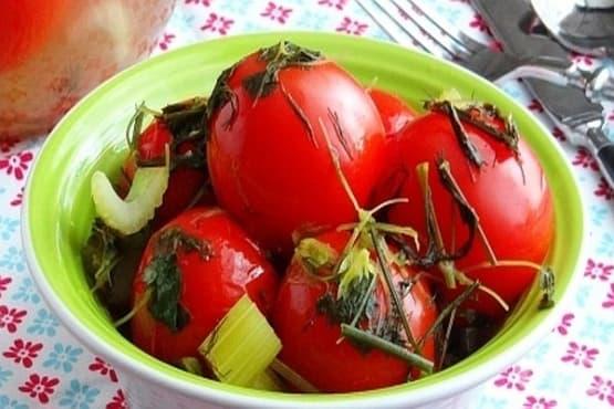 Мариновани домати с копър, целина и чесън - изображение