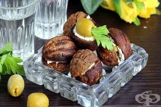Маслини с топено сирене в хлебни орехчета - изображение