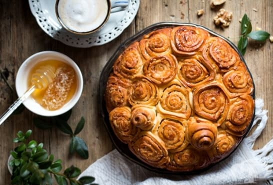 Медена питка с карамелизирани орехи и канелени бисквити - изображение