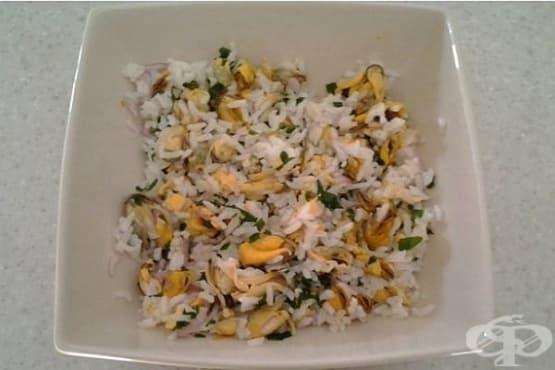 Миди с ориз, лук и бяло вино - изображение
