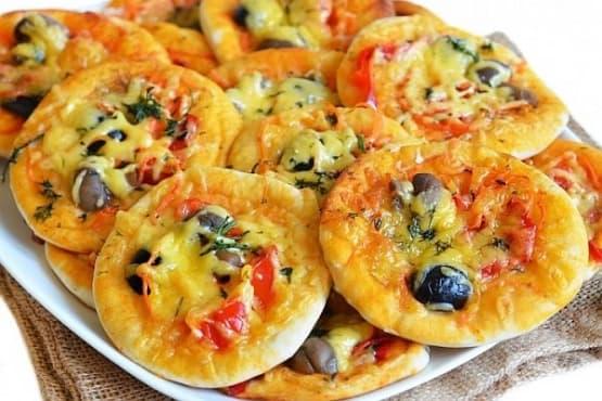 Мини пици с гъби, зеленчуци и маслини - изображение