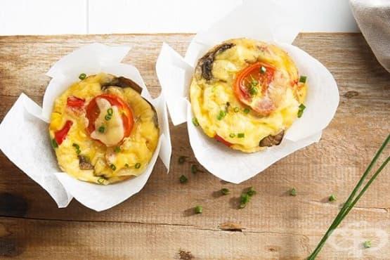 Мини яйчени мъфини с пилешко месо и зеленчуци - изображение