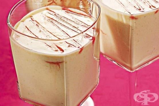 Млечен коктейл с авокадо, малинов сироп и мед - изображение