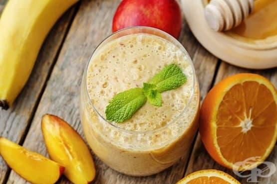 Студен млечен коктейл с портокалов сок и банан - изображение
