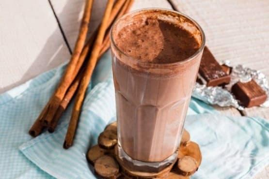 Шоколадов млечен шейк със сладолед и канела - изображение