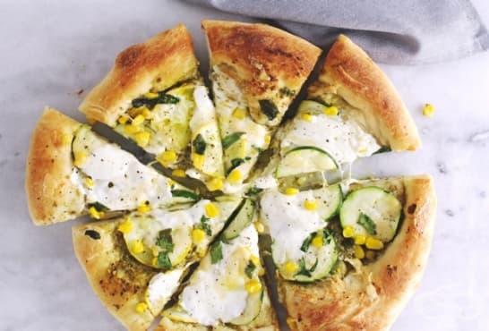Млечна пица с тиквички, царевица и сирене - изображение