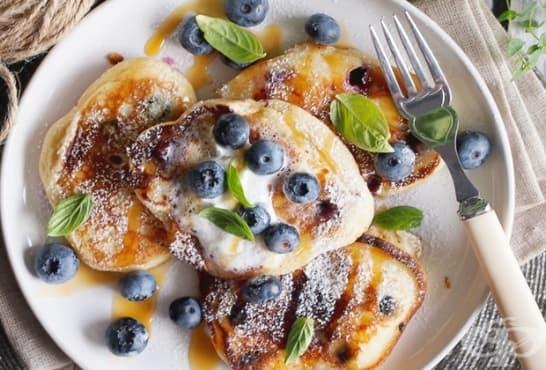 Палачинки от цедено мляко с мед, пудра захар и боровинки - изображение