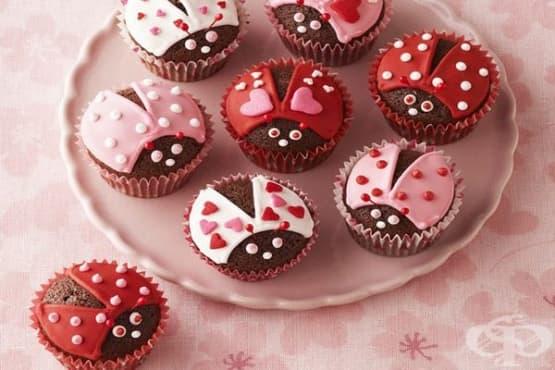 Шоколадови мъфини с украса - изображение