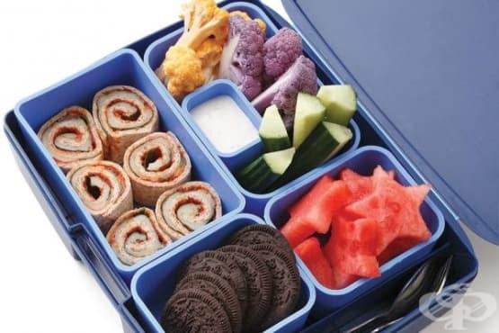 Обяд за училище: мини рулца, диня, бисквити и зеленчуци с млечен сос - изображение