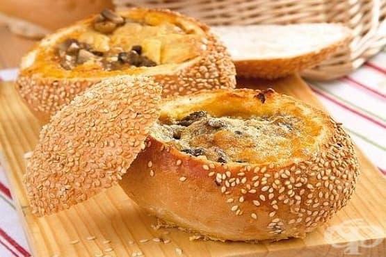 Омлет в хлебче с гъби и пушен колбас - изображение