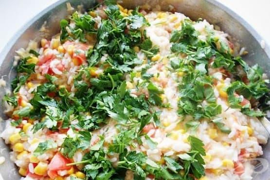 Ориз в масло с домати, лук, царевица и кашкавал - изображение