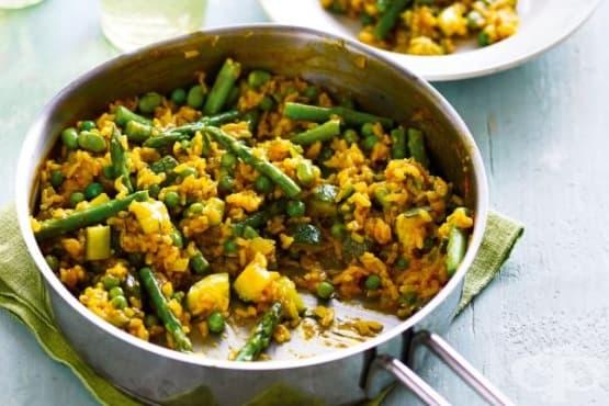 Ориз с куркума, тиквичка, зелен боб и грах - изображение