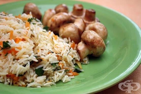 Ориз с моркови, копър и печени цели печурки - изображение