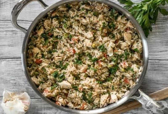 Пикантен ориз с чесън, магданоз, пиле и грах - изображение