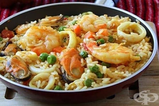 Ориз с морски продукти, зеленчуци и лук - изображение