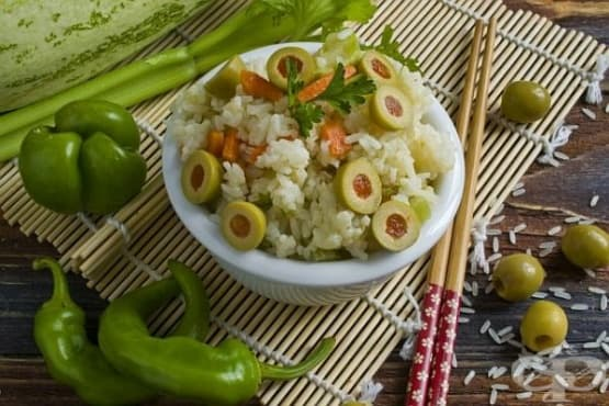 Ориз с пълнени зелени маслини, тиквички и моркови - изображение