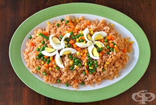 Пикантна оризова салата с грах, моркови, царевица и яйца - изображение