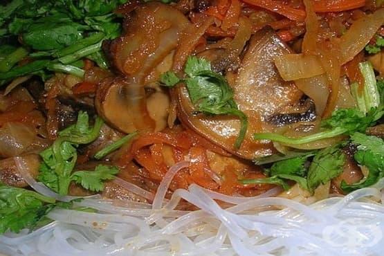 Оризови спагети (фунчоза) със зеленчуци и печурки - изображение