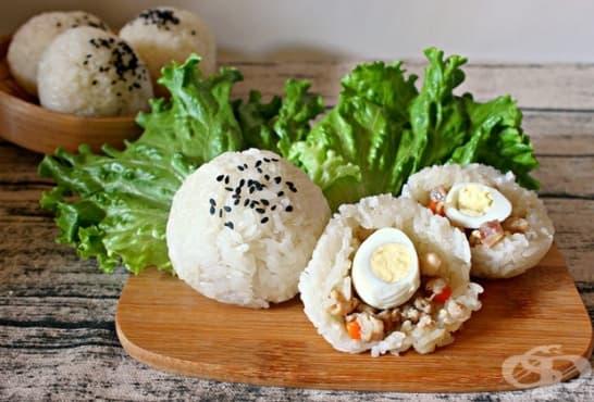 Оризови топчици, пълнени с пилешко, моркови и варени яйца - изображение
