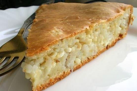 Оризова баница от течно тесто с лук и яйца - изображение