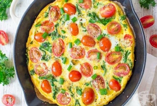 Отворен омлет с кейл, зелен лук и домати - изображение