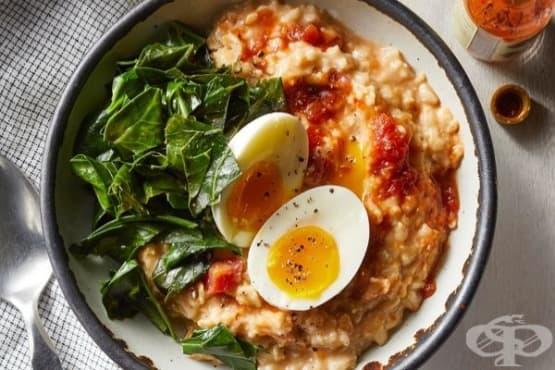 Овесени ядки с доматен сос, чедър и яйца - изображение