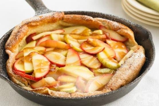 Палачинка на фурна с ябълки и карамелен сос - изображение