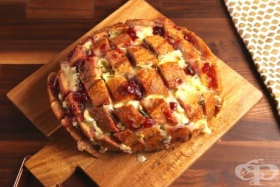 Пълнен хляб с бри и сладко от боровинки - изображение