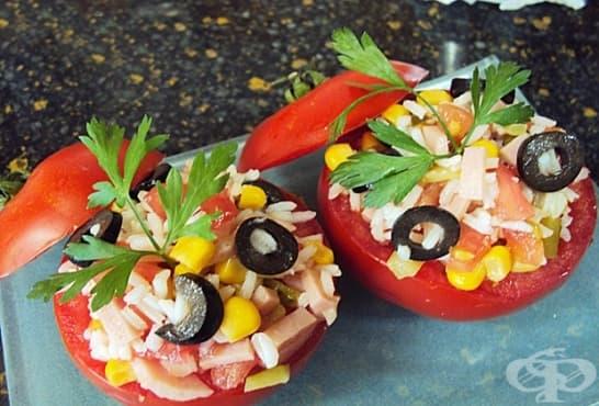 Пълнени домати с оризова салата - изображение