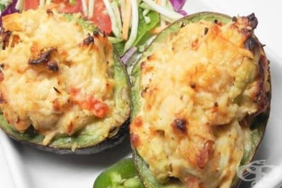 Пълнено авокадо с пилешки гърди и крема сирене - изображение