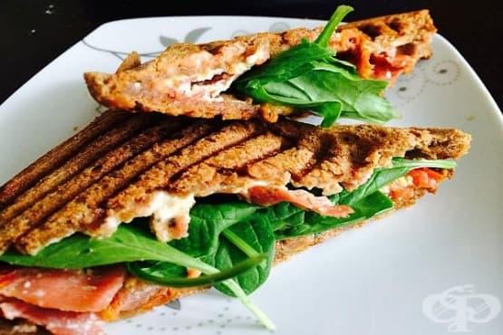 Италиански сандвич Панини с шунка и сушени домати - изображение