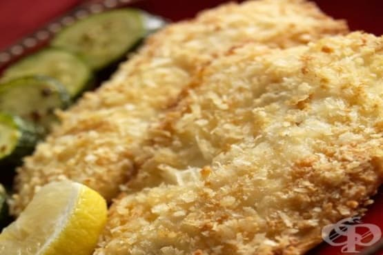 Панирана бяла риба в картофен чипс и чеснов сос с майонеза - изображение