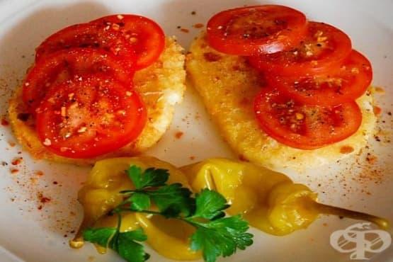 Сирене в хлебна панировка с домати и билки - изображение