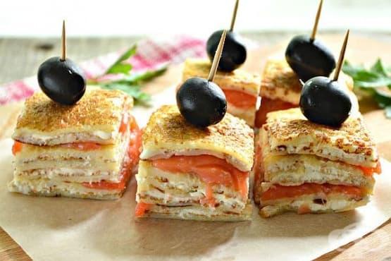 Парти хапки от палачинки със сьомга, крема сирене и маслини - изображение
