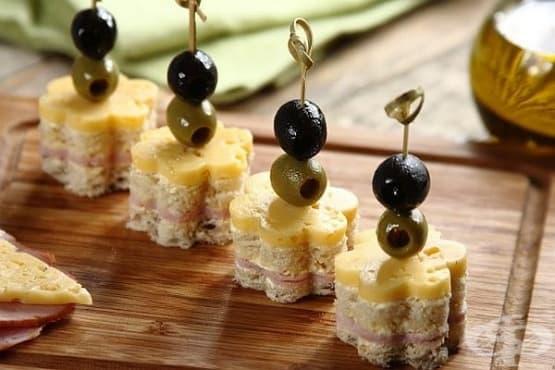 Парти хапки от хляб, шунка, кашкавал и маслини - изображение