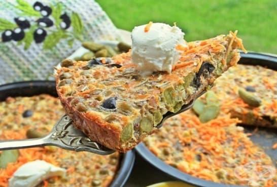 Печен омлет с кисели краставички, грах, моркови и маслини - изображение
