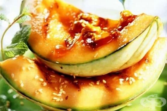 Печен пъпеш с орехи, сусам и карамелен сироп - изображение