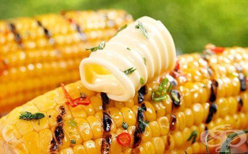 Печена царевица на скара с ароматно масло - изображение