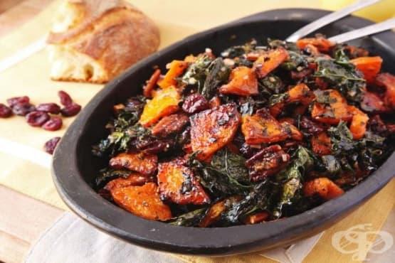 Печена тиква с кейл, ядки и червени боровинки - изображение
