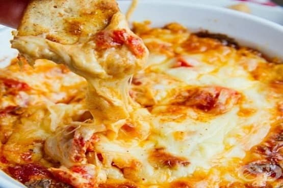 Печени червени чушки с крема сирене, моцарела и кашкавал - изображение