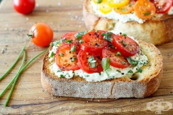 Печени чеснови филийки с рикота, спанак и домати - изображение